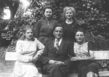 Иван Петрович Сенчиневич в Лермонтовском курорте с неизвестными. 1949 г.