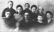 Сенчиневич Иван Петрович с неизвестными. 1950 г.
