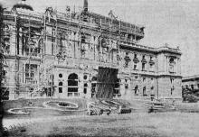 Фасад театра в лесах. Фото в брошюре 1926 года «Театральная неделя». Лето 1925 г.