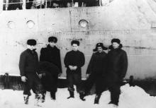 И.Ф. Демьянов (второй слева) и члены экипажа. 1954 г.