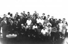 И.Ф. Демьянов (крайний слева) с экипажем танкера «Пекин». 1974 г.