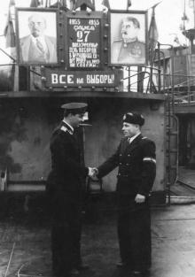 Сдача вахты. И.Ф. Демьянов слева. 1955 г.