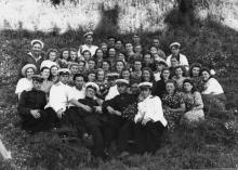 В кругу друзей (И.Ф. Демьянов в нижнем ряду справа). 1955 г.