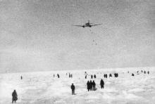 Зажатые во льдах. Самолет сбрасывает провизию. 1958 г.