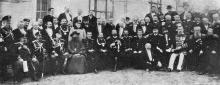 Группа героев Чемульпо и встретившие их представители г. Одессы. У здания думы после обеда, предложенного городом доблестным гостям, 19 марта. Фото И. Шнейдера в журнале «Нива». 1904 г.