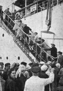 Одесса. Посадка пассажиров на теплоход «Крым», отправляющийся в Батум. Фото В. Шайхета. 1936 г.