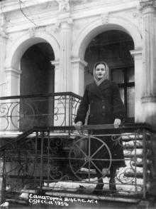 Одесса. Санаторий ВЦСПС № 1. На ступеньках «Дачи Маразли». 1959 г.