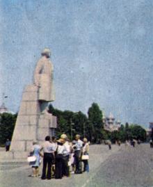 Одесса. Памятник Ленину на площади им. Октябрьской революции. Фотография в буклете «Odessa». 1975 г.