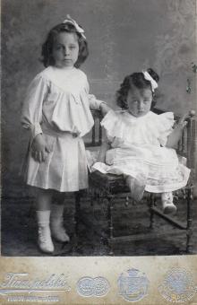 Справа — моя мама Галюзман Надя со старшей сестрой Викой. Одесса, 1909 год