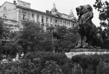 Скульптура льва в городском саду. Вид на Пассаж. 1960-е гг.