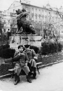Одесса. Скульптура льва в городском саду и вид на Пассаж. 1960-е гг.