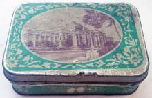 Металлическая коробочка от карамели кондитерской фабрики им. Р. Люксембург с фотографией железнодорожного вокзала. 1950-е гг.