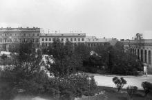 Сквер возле городского театра, справа здание Английского клуба. Фото Антона Стюксберга, куратора отдела Зоологического музея в Гетеборге. 1897 г.
