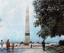 Одесса. Памятник неизвестному матросу. Фотография в буклете одесских ресторанов. 1970-е гг.