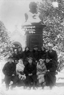 В санатории им. Ленина. Перед памятником Андриевскому. Одесса. Куяльник. 1939 г.