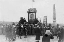 Одесса. На площади им. Октябрьской революции у обелиска на могиле жертв революции. 08 марта 1953 г.