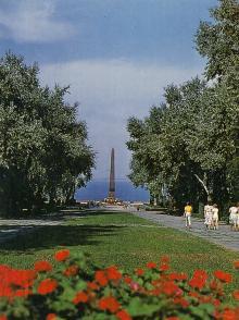 Аллея Славы, памятник неизвестному матросу. Фотография из набора «Одесса», изданного фирмой «Летописец». 1996 г.