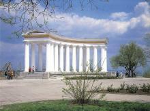 Колоннада у Воронцовского дворца. Фотография из набора «Одесса», изданного фирмой «Летописец». 1996 г.