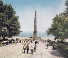 Памятник неизвестному матросу на Аллее Славы. Фото в туристской схеме «Одесса и ее окрестности». 1972 г.