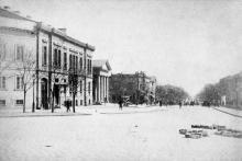 Конец улицы Садовой и здание гауптвахты (с колоннами). Одесса. Конец 19 века