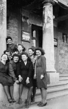 Одесса. Перед входом в гидрометеорологический институт на ул. Ботанической, с 1948 года школа-интернат № 2. Фото 1945–1948 гг.