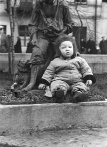 Одесса. Проспект Мира. У скульптуры мальчика с собакой. 1960-е гг.