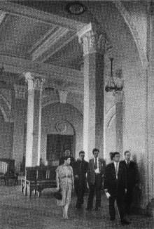 В зале ожидания. Фотографы М. Рыжак, А. Подберезский. Фото в буклете «Одесский вокзал». 1957 г.