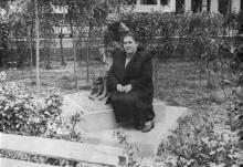 Одесса. Проспект Мира. У скульптуры мальчика с собакой. 1958 г.