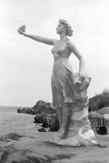 Скульптура «Жена моряка» на 10-й станции Фонтана. Одесса. Начало 1960-х гг.