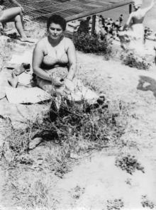 Возле скульптуры «Жена моряка» на 10-й станции Фонтана. Одесса. 1962 г.