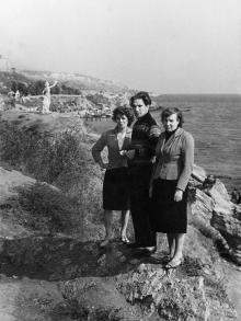 Вид на берег 10-й станции Фонтана и скульптуру «Жена моряка». Одесса. 1960-е гг.