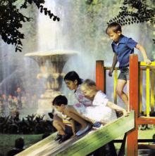 Детская площадка на площади Советской Армии. На фоне фонтана. Фото в книге «Одесса — Варна». 1976 г.