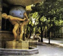 Одесса. Скульптура атлантов у дома № 5 на ул. Гоголя. Фото в книге «Одесса — Варна». 1976 г.