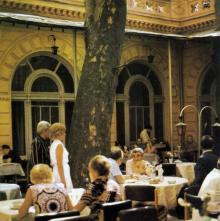 Одесса. Гостиница «Одесса», внутренний дворик. Фото в книге «Одесса — Варна». 1976 г.