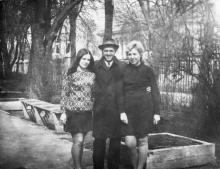 На территории дома отдыха «Маяк». За забором видно здание военного санатория. Одесса. 1960-е гг.