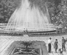 Возле фонтана в Аркадии. Фото в брошюре «Одесса с моря». 1970 г.