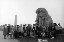 У скульптуры «Люди-камни». 1973 г.