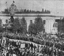 Демонстрация у здания Одесского окрисполкома на площади Коммуны, посвященная 10-й годовщине Октября. Фото в журнале «Шквал», 13 ноября 1927 г.
