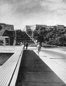 Вид на Потемкинскую лестницу с моста, ведущего к морскому вокзалу. Фото в брошюре «Одесса с моря». 1970 г.
