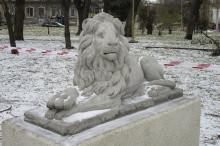 Одна из воссозданных скульптуры львов в Мечниковском сквере. Фото Марии Котовой. Одесса, 08 декабря 2020 г.