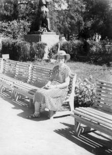 У скульптуры львицы в городском саду. Одесса. 1950-е гг.
