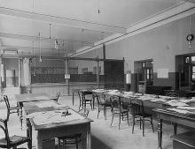 Внутреннее рабочее помещение Одесской почтово-телеграфной конторы, фотография конца ХIХ - начала ХХ вв.