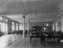 Внутреннее рабочее помещение (аппаратная) Одесской почтово-телеграфной конторы, фотография конца ХIХ - начала ХХ вв.