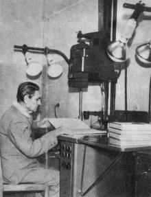 В лаборатории микрофильмирования. Фото П. Дутко в буклете «Одесская государственная научная библиотека имени А.М. Горького». 1979 г.