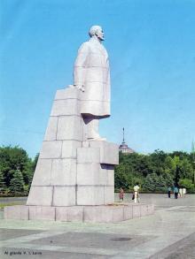 Памятник Ленину на площади им. Октябрьской революции. Фото в рекламном буклете «Одесский порт». 1970-е гг.