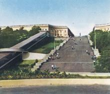 Одесса. Вид на Потемкинскую лестницу и эскалатор. Фото в рекламном буклете «Одесский порт». 1970-е гг.