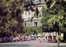 В сквере возле театра оперы и балета. Фото Б. Яковлева. Открытка из набора «Одесса — Одеса». 1989 г.