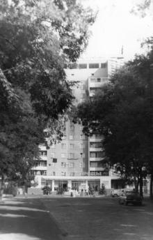 Одесса. Вид на дом № 29 на ул. Свердлова с улицы Бебеля. Магазин «Дары природы». 1970-е гг.