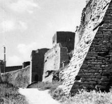 Башни и ров главной оборонительной стены. Фотография в буклете «Белгород-Днестровская крепость». 1961 г.