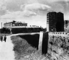Юго-западная часть крепости. Слева (вдали) новая Белгород-Днестровская средняя школа. Фотография в буклете «Белгород-Днестровская крепость». 1961 г.